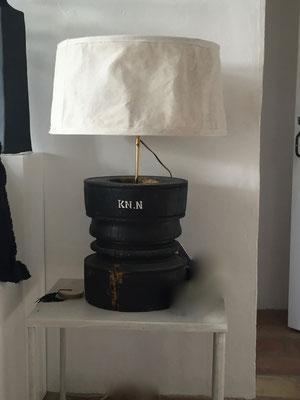 création originale d'une lampes bois tourné, patiné en noire, pochoir, abat jour en tissus patiné au ciment.