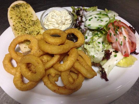 Tintenfischringe mit Salatbeilage