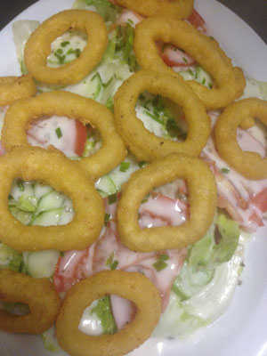 Salatteller mit Tintenfischringen