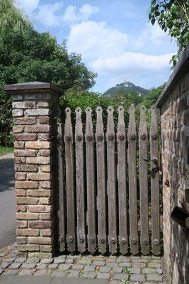 Eigener Eingang mit Drachenfels Blick zu Ihrer Ferienwohnung mitten in Bad Honnef.