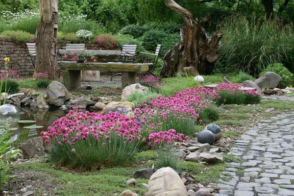 Der Garten der Familie Goosmann mit verschiedenen Terrassen darf mitbenutzt werden.
