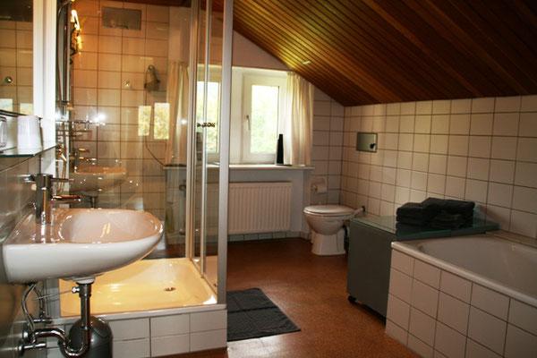 Grosszügiges Badezimmer mit Dusche und Badewanne bei der Familie Goosmann in Bad Honnef.