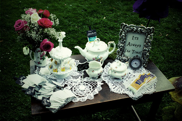Tee Bar mit Geschirr und Bilderrahmen (Vintage Rental Kollektion)