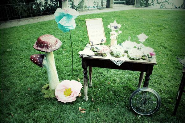 Candy Bar & Tee Bar gesäumt von Riesenpilzen und XXL Blumen (Vintage Rental Kollektion)