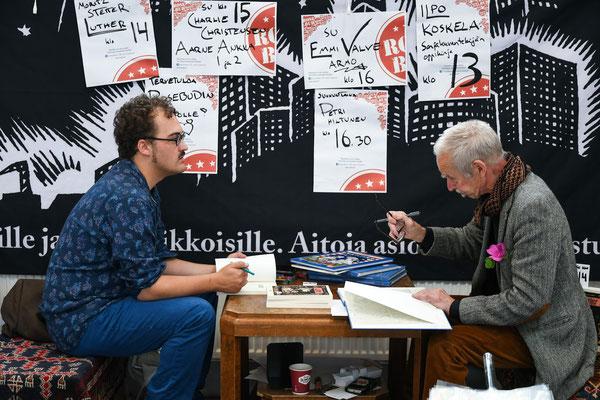 Signieren beim Comicfestival Helsinki, 2017