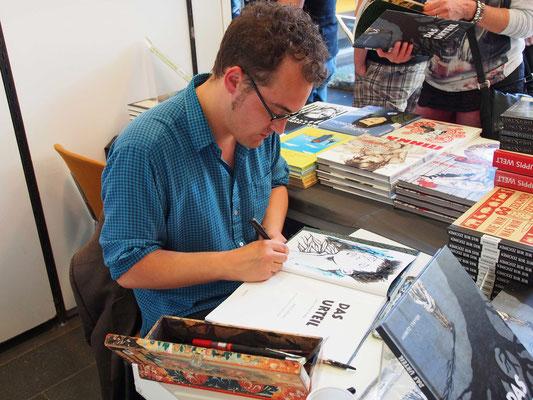 Signieren beim Comic Salon Erlangen 2016. Foto: Knesebeck Verlag