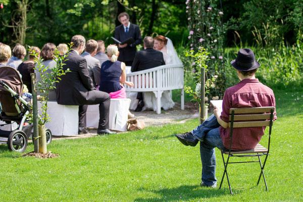 Hochzeitszeichner auf Gut Schöneworth in Freiburg an der Elbe. Foto © Malte Grandt
