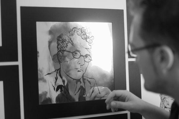 """Aufbau der Ausstellung """"Die Insel der Glückseligen"""" beim Comicfestival Hamburg, 2016. Foto: Casa de Chrisso"""