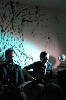 """Lesung bei der Releasefeier zu """"Das Urteil"""", mit Musik von Dominik Backhaus, 2015. Foto: Thomas Wittek"""