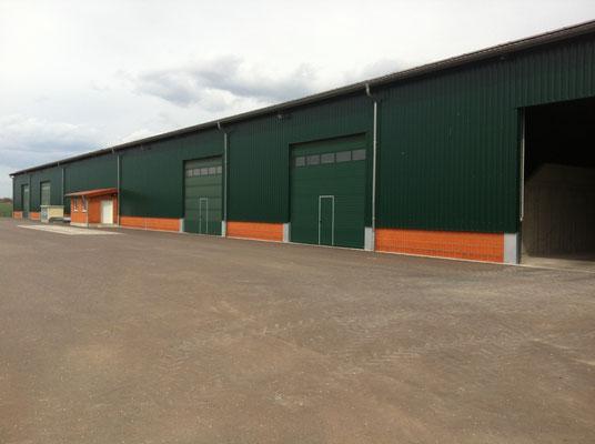 Getreidelagerhalle Baujahr 2011, mit Brückenwaage und 400 kw PV Anlage! 90 x 30 m, 4 m hohe anschüttbare Betonwände. Das Getreide wird in der Ernte in dieser und einer weiteren Halle eingelagert und dann später, je nach Preisentwicklung, verkauft.