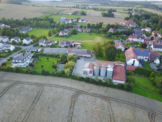 Luftbild des Hofes, Wohnhaus, Maschinenhallen und Getreideanlage.