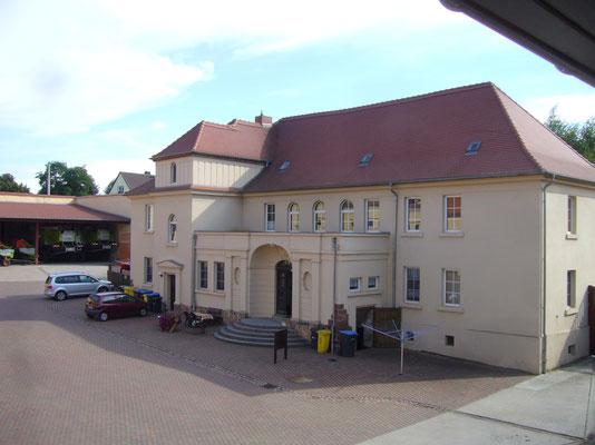 Das Gutshaus! Hier ist derzeit ein Kindergarten untergebracht, sowie 3 Mietwohnungen.