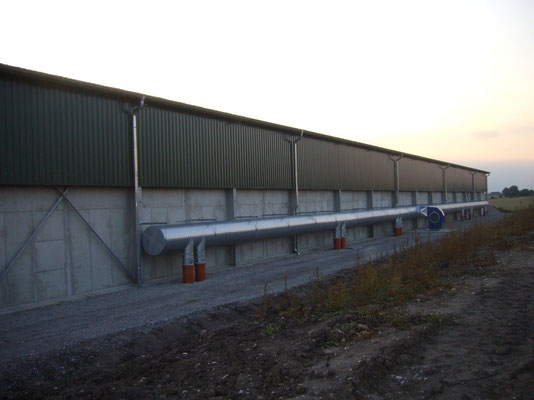 Rückseite der Halle mit Belüftungskanal. Von hier wird kühle Frischluft durch das Getreide geblasen um es lagerfähig zu halten.