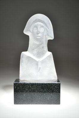 formgeschmolzenes Glasplastik auf Granitsockel von Franz Winkelkotte in der CCAA GLASGALERIE KÖLN