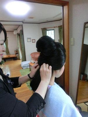 生まれ育ったご自宅でご家族の雰囲気を感じながら日本髪を結い和装に合うメイクをします
