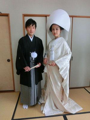 新郎 紋付き袴、新婦 白無垢の御仕度です