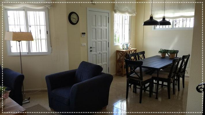 Een sfeervolle woonkamer met een eettafel met 6 stoelen ...