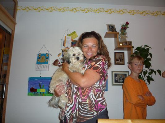 ... und meine Hunde-Omi knuddelt mit mir ... 6,5 Mo