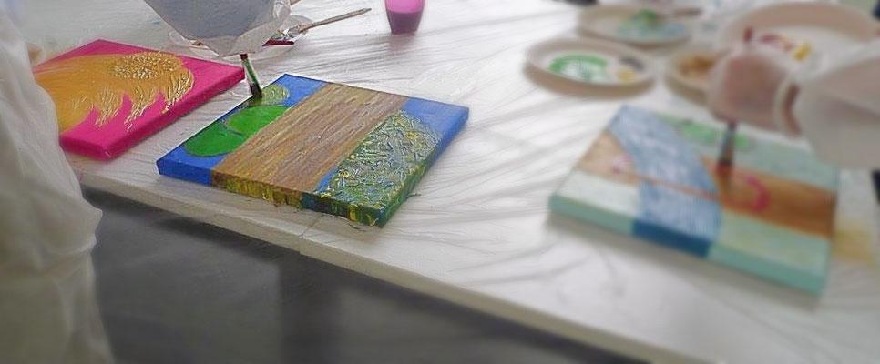 Kunstkurse-Erwachsenenbildung-Rheingau-Malkurse-Kunstkurse-Geburtstag-Malen-Marion-Haas-Kunsttherapie-Maltherapie-Malcoaching-coaching-Firmenevents-Acrylfarben-Oelfarben-Aquarellfarben-Work-Live-Balance-Sommer-Winter-Leinwand-Gemeinschaftsbild-malen