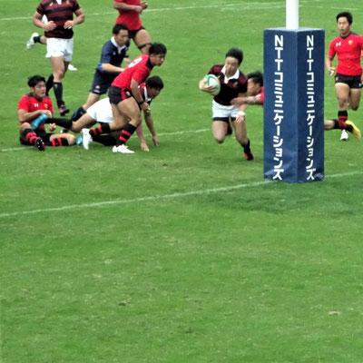 勝利は逃したものの、試合終了間際のトライで、意地を見せる早稲田