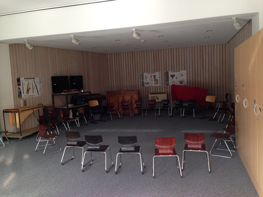 Der Musikraum mit allerlei Instrumenten