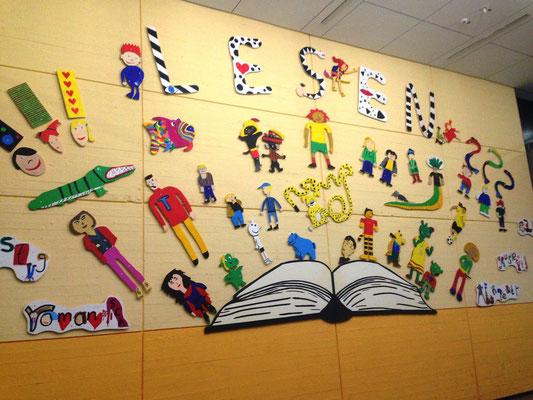Herzlich willkommen im Foyer mit unserer selbst gestalteten Lesewand