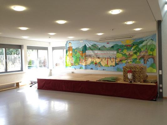 Die Aula mit einem schönen Bühnenbild unserer Schule
