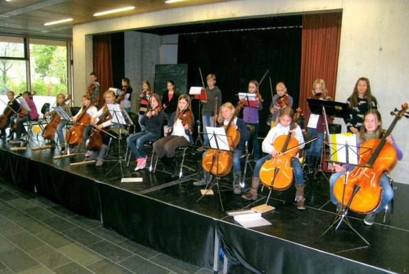 Bühnenverkleidung 2012 - Musikinstrumente wie Kontrabass und Pauke, Notenständer z.B. 2014