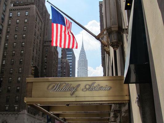 Eingang mit Blick auf das Chrysler Building