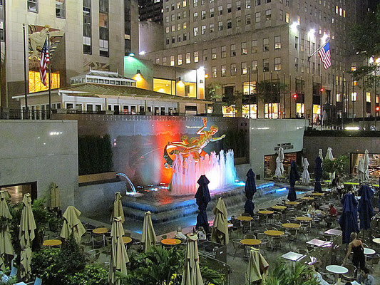 Sunken Plaza bei Nacht