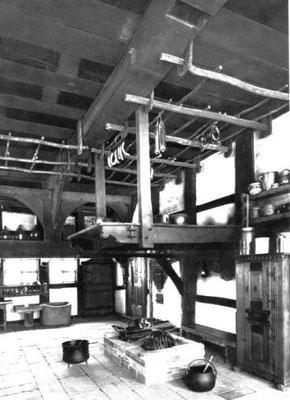 Die zentrale Feuerstelle. So in etwa sah es aus, nur die Ausstattung war einfacher. (Das Bild stammt aus einem Bauernhaus aus dem 16. Jahrhundert)
