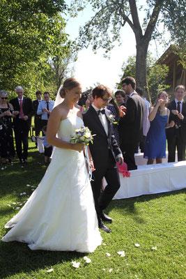 Das Brautpaar zieht glücklich nach der freien Trauung mit Katharina Lehmkuhl aus.