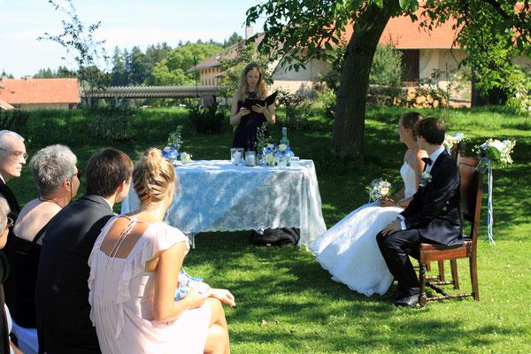 Die Festgesellschaft lauscht der Hochzeitsrednerin Katharina Lehmkuhl.