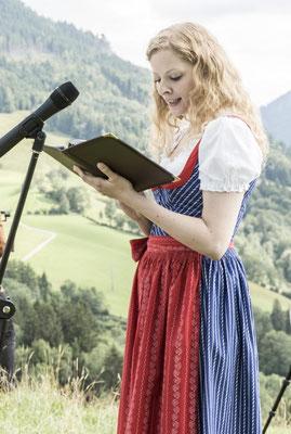 Katharina Lehmkuhl trägt die Traurede in Tracht vor.