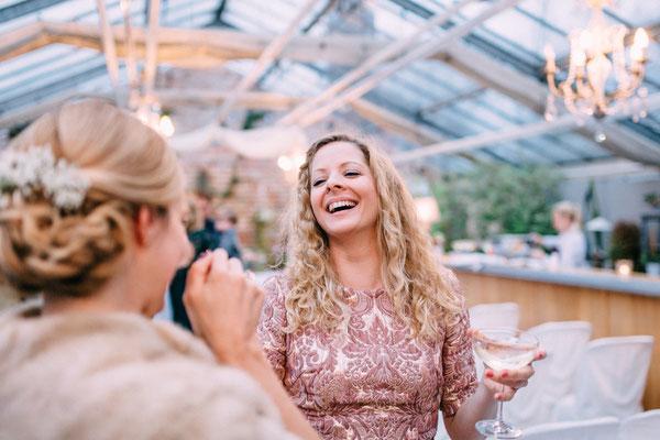 """Hochzeitsrednerin aus Leidenschaft: Katharina Lehmkuhl gratuliert dem Brautpaar nach der Freien Trauung in """"Die Alte Gärtnerei""""."""