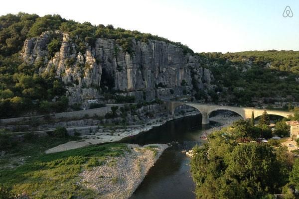 Balazuc - Ardèche - Le pont côté falaise