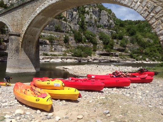Départ de canoës sous le pont