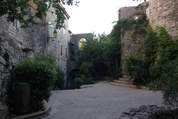 Balazuc - Ardèche - Place de l'église romane