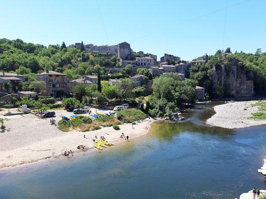 Balazuc -Ardèche -la plage sous le pont