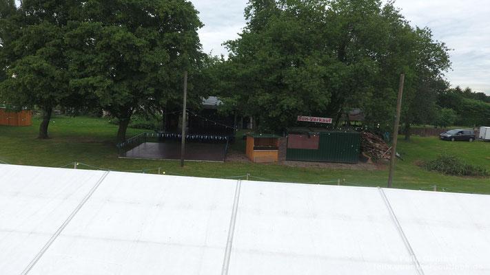 Über dem Bierzelt hinweg fotografiert sind die Tanzfläche, die Bühne und der Kassenstand zu sehen