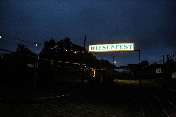 Der Beleuchtete Wiesenfest Eingang zu späterer Stunde