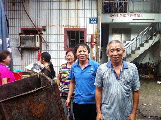 Mich zum Fotografieren auffordernde freundliche Menschen auf dem Markt in Xiamen