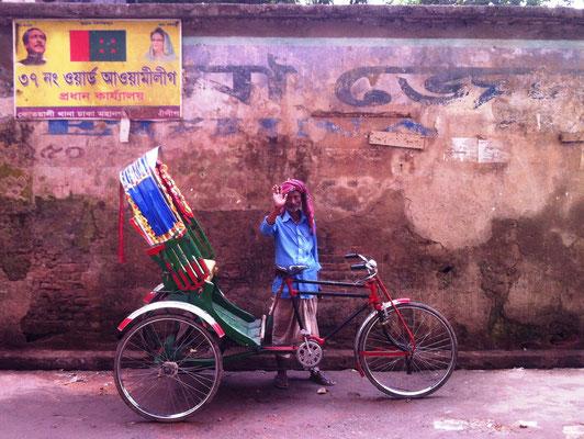 Grüßender Rikschafahrer in der Altstadt Dhakas