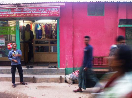Straßenszene in Dhaka im Stadtteil Showra