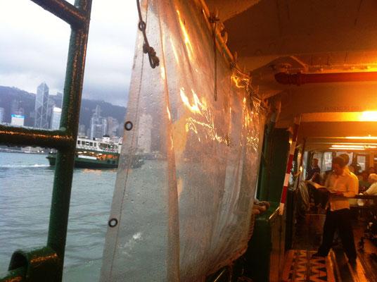 Auf der Star Ferry in der Meeresenge Victoria Harbour, Hongkong