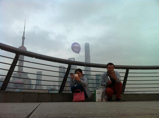 Sich fotografierende Menschen am Bund, Shanghai