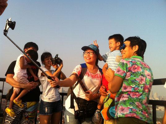 Fotografiert werden und fotografieren auf dem Aussichtspunkt der vorgelagerten Insel Gulangyu von Xiamen