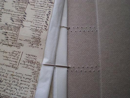 Fixation individuelle de chaque cahier à la reliure en papier fait main.