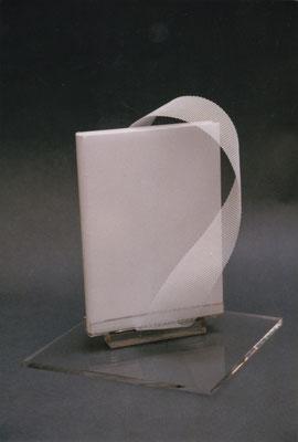Plein box sur support en plexi et métal.