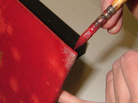 Retouches couleur à l'acrylique sur des coins restaurés au papier japonais.